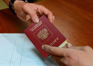Человек получает паспорт
